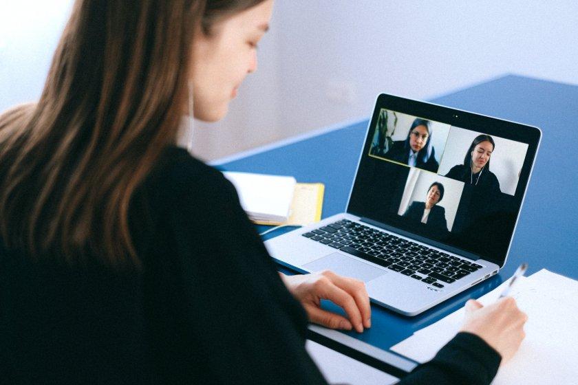 Как онлайн срещите намаляват ефективността на работата